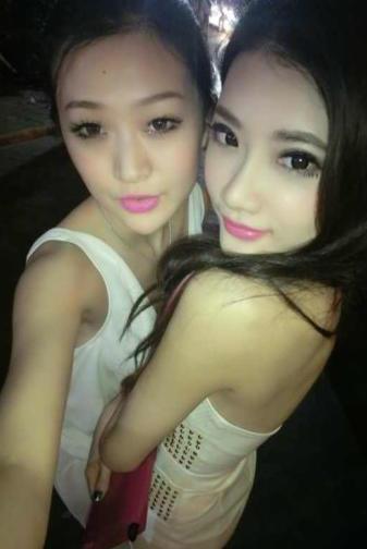 有人知道右边的那个女孩是谁么 最好有微博图片