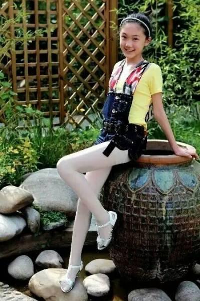 女孩夏天裙子穿丝袜