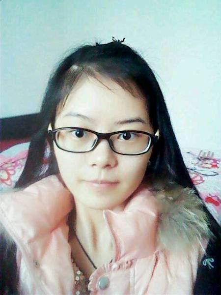 戴红眼镜的女孩